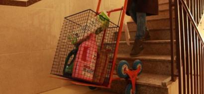 """خاص لـ""""وطن"""": بالفيديو.. غزة: """"غادة"""" تبتكر عربة خاصة بالسلالم"""