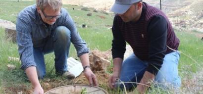 """خاص لـ""""وطن"""" بالفيديو .. الخليل: الزراعة بالشرنقات حل لمواجهة الجفاف"""