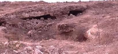 """خاص لـ""""وطن"""": بالفيديو.. دورا: خربة طرامة الأثرية.. معالمها تتلاشى بفعل السرقة والتدمير"""