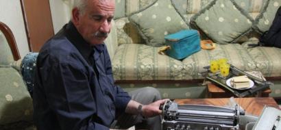 """خاص لـ""""وطن"""" بالفيديو: ببصيرته الثاقبة .. يبدع الكفيف أبو جيش بإصلاح آلات """"بريل"""""""