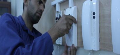 """خاص لـ""""وطن"""" بالفيديو.. غزة:  شبان يتحدون الإعاقة ويعملون بالتمديدات الكهربائية"""