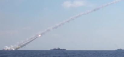 """شاهد...سفن حربية روسية تطلق 6 صواريخ """"كاليبر"""""""