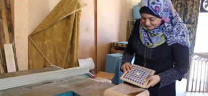 """خاص لـ""""وطن"""" بالفيديو.. غزة: خلود يضحك بيدها المنشار، اقتحمت مهنة النجارة رغم إعاقتها"""