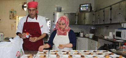 """خاص لـ""""وطن"""" بالفيديو.. غزة: الشرنوبي الفتاة الوحيد بمطبخ """"الروتس"""" رغم إعاقتها"""