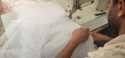 """خاص لـ """"وطن"""": بالفيديو.. لأول مرة في غزة.. تصميم وحياكة فساتين الزفاف"""