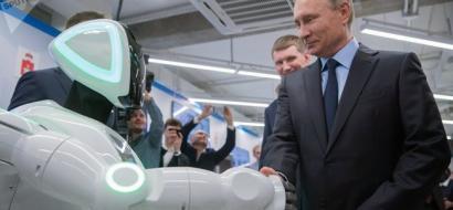 """فيديو  .. """"روبوت"""" يفاجىء بوتين ويتعرف عليه"""