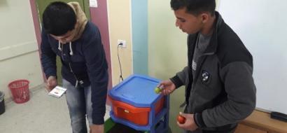 """خاص لـ""""وطن"""": بالفيديو.. خان يونس: طالبا مدرسة يبتكران نموذج ثلاجة تقيس الأوزان"""