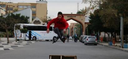 """خاص لـ """"وطن"""": بالفيديو.. غزة رغم الحصار.. هناك مساحة لمغامرة سكيت أمام الفتيان"""
