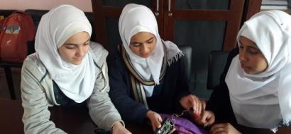 """خاص لـ""""وطن"""": بالفيديو.. خان يونس: طالبات مدرسة يبتكرن جهازا لتنبيه الأم الصماء عند بكاء طفلها"""