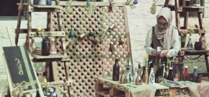 """خاص لـ""""وطن"""": بالفيديو.. نابلس: فتاة تحول الزجاجات الفارغة إلى تحف فنية"""