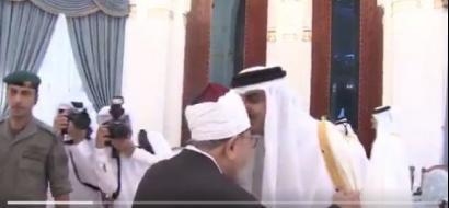 بالفيديو: أمير قطر يتحدى الدول المحاصرة باستقبال القرضاوي