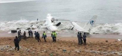 """صور.. تحطم طائرة شحن في بحر """"أبيدجان"""" بساحل العاج"""
