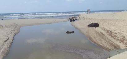 """خاص لـ""""وطن"""" بالفيديو : لا بحر في غزة ... المياه العادمة تلوث الشاطئ بانقطاع الكهرباء عن محطة التنقية"""