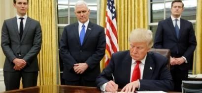 ترامب يوقع أول مرسوم تنفيذي، فما هو؟