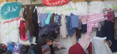 """خاص لـ """"وطن"""" بالفيديو.. حائط الخير في غزة .. ملتقى المتبرعين بالملابس والمحتاجين لها"""