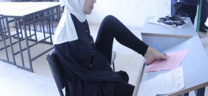 """خاص لـ""""وطن"""" بالفيديو.. غزة: آية تخط اجابات امتحان الثانوية بأصابع قدمها"""