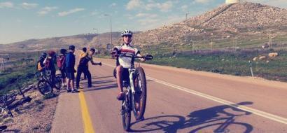 """خاص لـ""""وطن"""" بالفيديو .. نابلس: على متن دراجته.. شبارو يقود الشبان للتعرف على قرى ومدن فلسطين"""