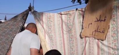 """خاص لـ""""وطن"""" بالفيديو ..  غزة: عائلة غنام .. 7 أفراد في ظل خيمة على قارعة الطريق .. فمن ينقذها ؟"""