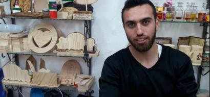 """خاص لـ """"وطن"""" بالفيديو .. نابلس : بفن الحرق .. """"الأغبر""""  يبدع بنقش لوحات فنية على الخشب"""
