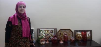 """خاص لـ""""وطن"""": بالفيديو.. نابلس: """"لينا"""" تحول الأواني الزجاجية للوحات فنية"""