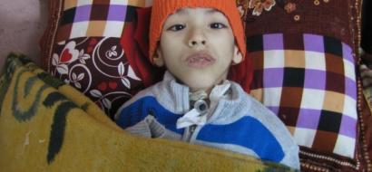 """خاص لـ """"وطن"""": بالفيديو.. غزة: خطأ طبي يحول حياة طفل لشلل دماغي داخل غرفة لا تدخلها الشمس"""