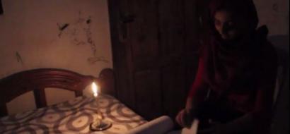 """خاص لـ""""وطن"""": بالفيديو..  طلبة الثانوية العامة في غزة يدرسون على الشمعة منتظرين نور الله فجراً"""