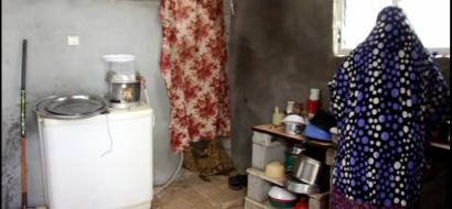 """خاص لـ""""وطن"""" بالفيديو.. خان يونس : عائلة بيتها مشرع للريح والفقر تنشد الإنقاذ والمساعدة"""