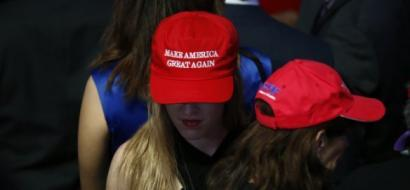 القبعات التي حملت شعار ترامب تصدم أنصاره خلال حفل التنصيب.. ما الذي تفاجأوا به؟