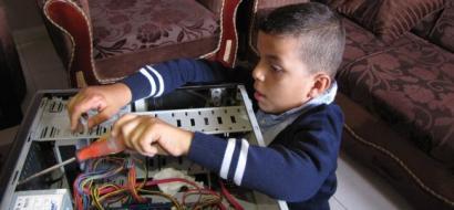 """خاص لـ""""وطن"""": بالفيديو.. غزة: حاتم.. طفل مصاب بالتوحد يهوى صيانة الأجهزة الإلكترونية"""