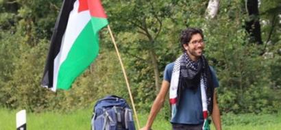 متضامن سويدي يصل التشيك في طريقه إلى فلسطين سيراً على الأقدام