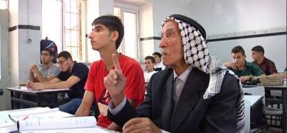 """خاص لـ""""وطن"""": بالفيديو.. الخليل: الثمانيني أبو عجمية يهزم شيخوخته بعودته لمقاعد الدراسة"""