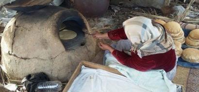"""خاص لـ""""وطن"""": بالفيديو.. في خان يونس يعدون الخبز بأفران الطين"""