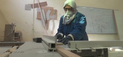 """خاص لـ""""وطن"""": بالفيديو.. غزة: ماجدة.. لم يساعدها أحد في إعاقتها فبادرت إلى صناعة الكراسي"""