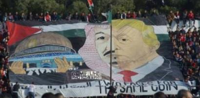 السعودية تهدد بالرد على رفع الجمهور الجزائري لافتة كبيرة تجمع سلمان وترامب