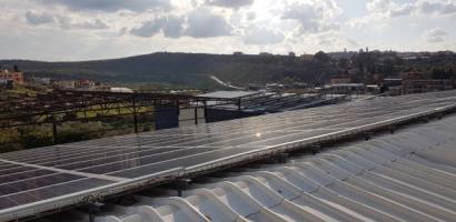"""خاص لـ """"وطن"""": بالفيديو.. مصنع في طولكرم يستبدل الكهرباء بالخلايا الشمسية"""