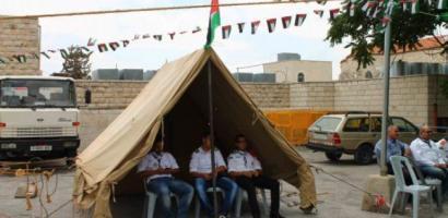 في الخيمة