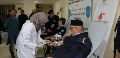 الشرطة تنظم حملة للتبرع بالدم وتكرم عدد من المتميزين في الشرطة
