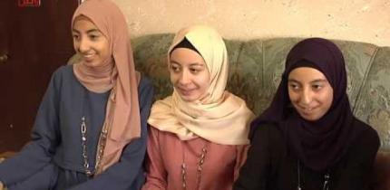 """التوائم """"جنان ورهف ورغد"""" تفوقن في الثانوية العامة ويحلمن بدراسة الصيدلة والأدب العربي والإنجليزي"""