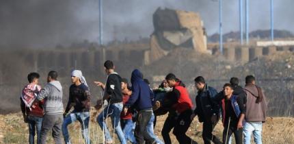 35 إصابة بالرصاص الحي والاختناق على حدود غزة