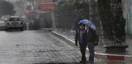بسبب الحالة الجوية.. تأخير دوام المدارس والموظفين الحكوميين ليبدأ الساعة التاسعة صباحاً