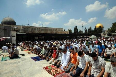 آلاف المواطنين يؤدون الجمعة في المسجد الأقصى
