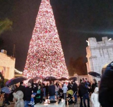 الناصرة تحتفل بإضاءة شجرة الميلاد الأكبر في الداخل المحتل