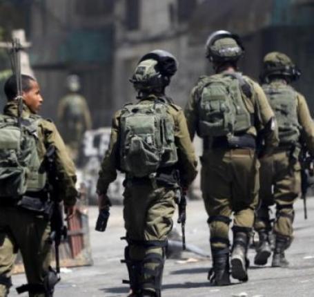 الاحتلال يعتقل 18 شابا ويزعم العثور على اسلحة في نابلس