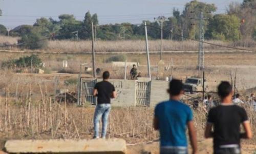 إصابة 4 شبان أحدهم بجروح خطيرة في مواجهات على حدود القطاع
