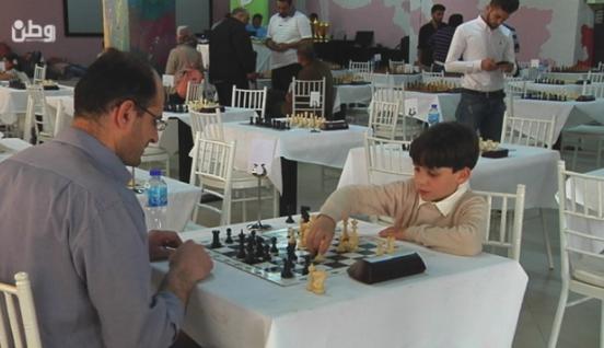 8 أعوام وينافس على بطولة فلسطين الأولى للشطرنج
