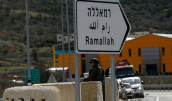 مراسلتنا: الاحتلال ينصب حاجزاً ويركب بوابه حديدية على شارع رام الله الجلزون