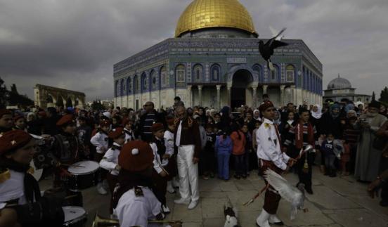 عشرات الآلاف يحيون ذكرى المولد النبوي بالقدس