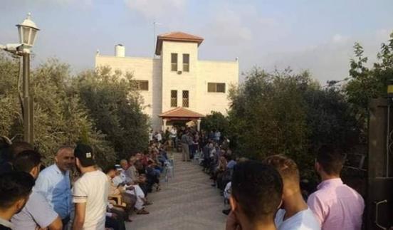 اهالي شويكة يتحدون الاحتلال ويتوافدون على منزل نعالوة