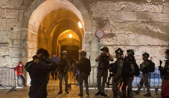 شرطة الاحتلال تجبر المعتكفين على الخروج من المسجد الأقصى بالقوة