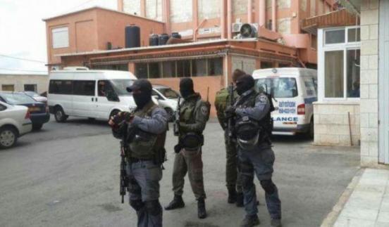 """الاحتلال يعتقل طفلا مصابا من مستشفى """"المقاصد"""""""